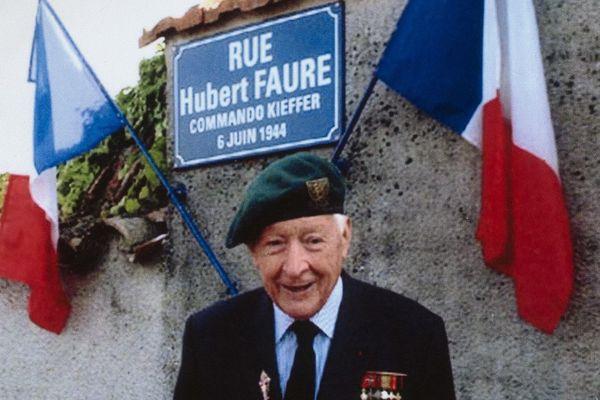 En 2008, Hubert Faure posait devant la rue baptisée en son honneur à Neuvic-sur-l'Isle, en Dordogne.
