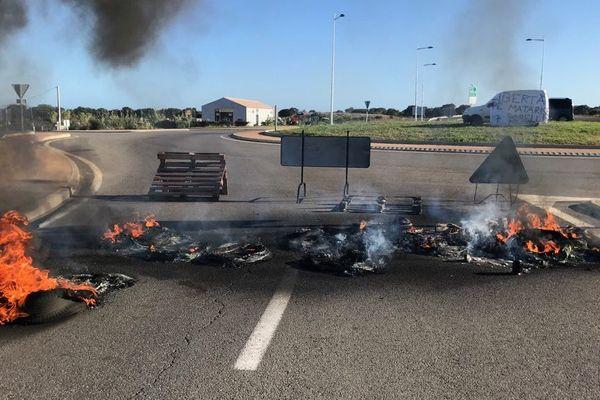 L'entrée de la quatre voies est bloquée, des pneus ont notamment été brûlés.