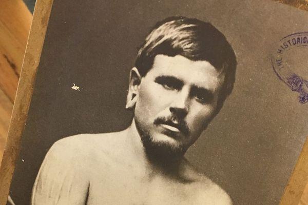 Narcisse Pierre Pelletier a été mousse à 14 ans. Abandonné lors d'un naufrage sur les côtes Australiennes, il sera recueilli par un clan aborigène où il passera de l'enfance à l'âge adulte
