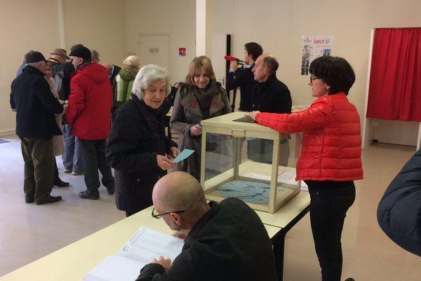 A Castelsarrazin, les votants se déplacent tranquillement vers les urnes.