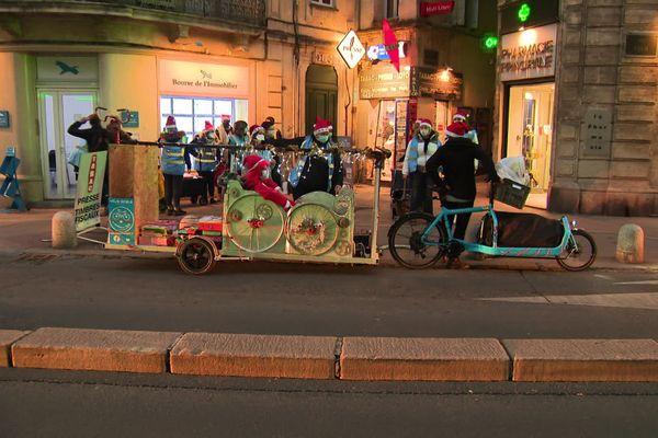 Montpellier - La distribution des colis a été réalisée par un père Noël en traîneau accompagné de bénévoles  - 24.12.20