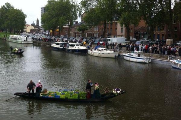 Jolie rencontre entre des barques du XIXe siècle et des petites péniches amarrées au quai de la place Parmentier.