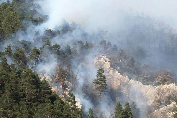 25/03/2019 - Un incendie difficile d'accès s'est déclaré dans un massif des Alpes-de-Haute-Provence.