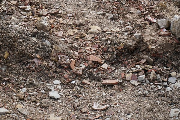 """Les fragments de faïence retrouvés par les archéologues de l'INRAP (""""biscuits"""" de faïence, fragments d'assiettes et de pots...)"""