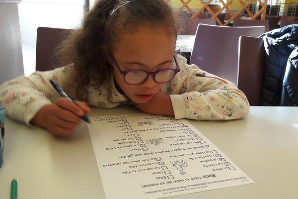 Maëva, 9 ans, en marche vers l'autonomie grâce à l'école