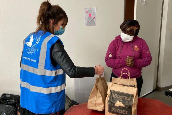 Les bénévoles du Secours Populaire du Puy-de-Dôme livrent aux familles bénéficiaires les repas préparés par les restaurateurs clermontois.