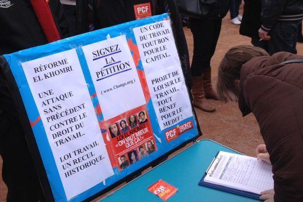 Dans la manif à Lyon la pétition contre la loi Travail circule