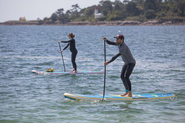 Un couple fait du paddle à Bénodet