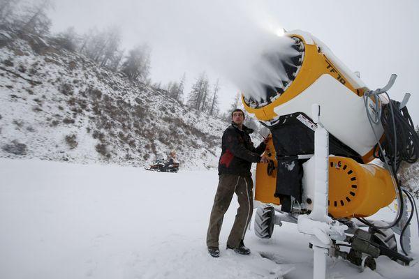 Exploitation de la neige de culture à Auron dans les Alpes du Sud.