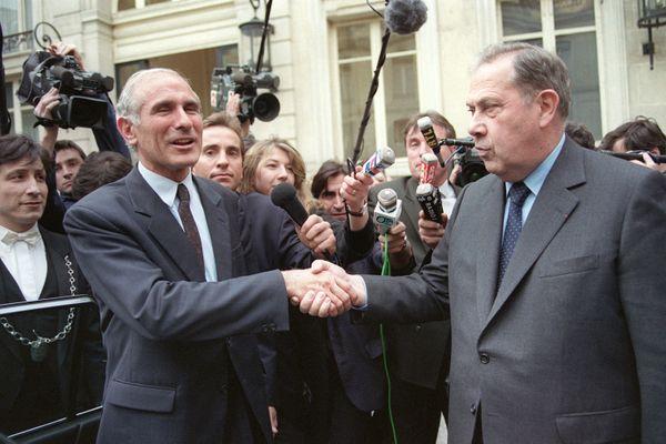 Paul Quilès, ministre de l'Intérieur et de la Sécurité publique, serre la main de son successeur Charles Pasqua, le 31 mars 1993 au ministère de l'Intérieur, à Paris.