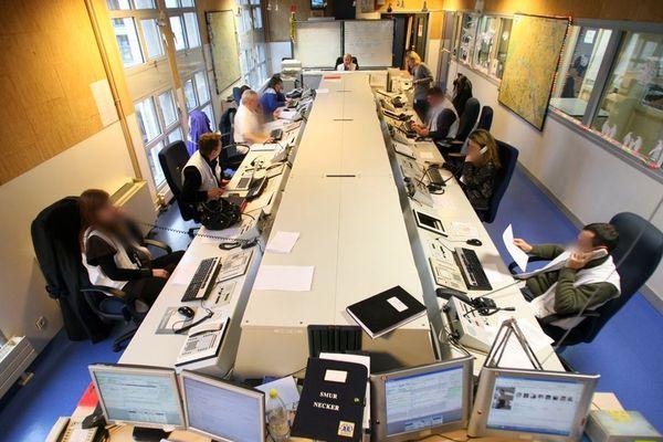 Un centre de régulation des appels du Samu, à l'hôpital Necker, à Paris, en 2008.