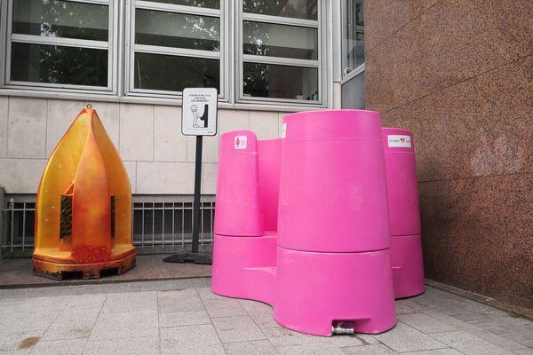 L'urinoir côté hommes à gauche, côté femmes à droite. Il est placé près de la Poste sur le Mail