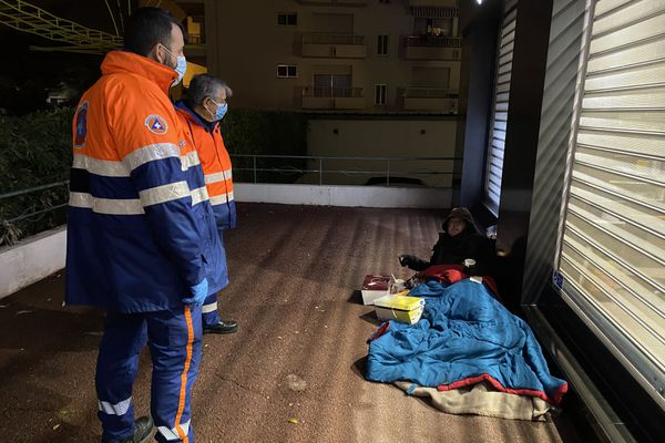 Lors d'une maraude de la Protection Civile 06 en décembre dans les rues de Cagnes-Sur-Mer.