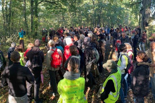 Environ 200 personnes ont fait le déplacement en forêt de Sivens samedi matin pour rendre hommage à Rémi Fraisse