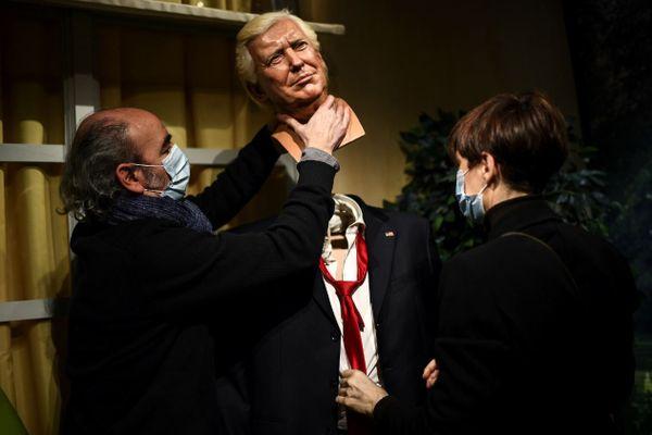 La tête du double de cire de Donald Trump en train d'être retirée par les employés du musée Grévin, le 19 janvier 2021.