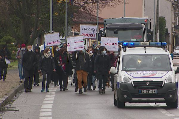 Les enseignants du collège Paul Vallon, à Givors, dans les rues de la ville pour réclamer des moyens supplémentaires (1/2/21)