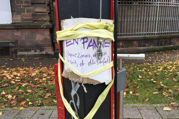 Un cycliste a placardé un message exprimant son mécontentement vis-à-vis de la non-réparation de la station-outils.