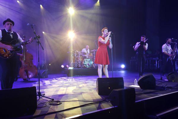 Robyn Bennett sur la scène du festival Darc, à châteauroux, le 12 août 2015.