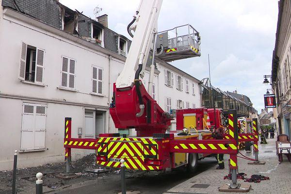 L'incendie s'est déclaré dans cet immeuble de deux étages de la rue Joséphine à Evreux (Eure).