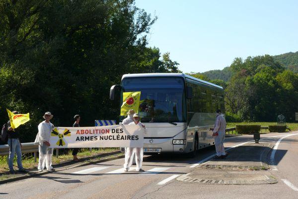 Arrêt d'un car de salariés de Valduc par un groupe de militants anti-nucléaire vendredi 7 août