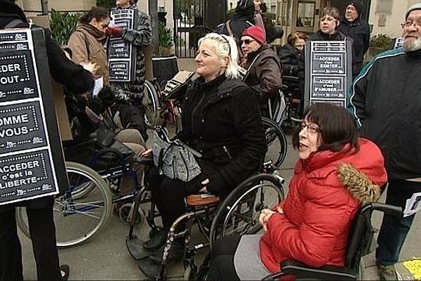 Malgré les engagements de la France, la société ne sera pas accessible aux personnes handicapées en 2015, dénonce l'Association des paralysés de France (APF)
