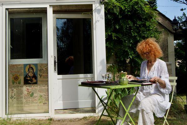 Marie-Hélène devant le Domaine Hildegarde qu'elle vient de créer. 2021.