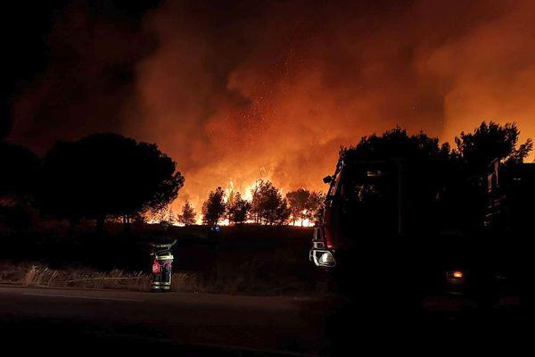 Martigues (Bouches-du-Rhône) - les pompiers du Gard devant l'un des 5 foyers - 4 juillet 2020.