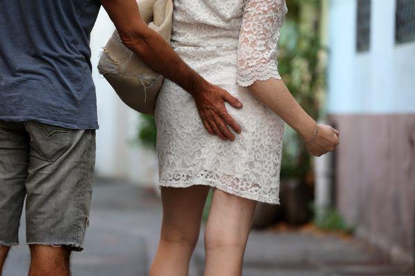 Siffler ou insulter une femme dans la rue, lui faire des attouchements... c'est un outrage sexiste ou une agression sexuelle, et c'est puni par la loi.