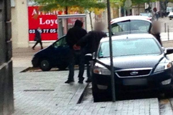 L'une des 5 personnes interpellées dans le cadre d'un trafic d'armes et de drogue lors de son arrivée à Reims.