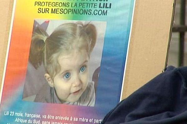 La maman de la petite Lili se bat pour avoir la garde de sa fille en France. Perpignan le 29 juillet 2014.