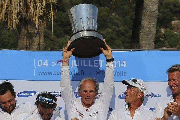 Daniel Souben et son équipage (Courrier Dunkerque) soulèvent le trophée du TFV 2014