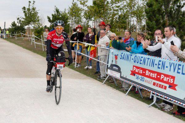 Les premiers cyclistes arrivent au Vélodrome national Saint Quentin
