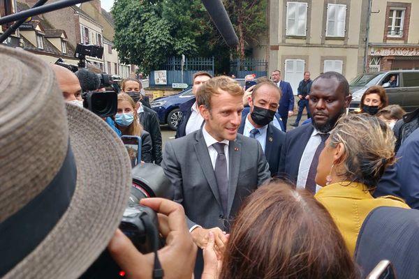 Emmanuel Macron est venu à la rencontre de la petite foule qui l'attendait à Illiers-Combray.