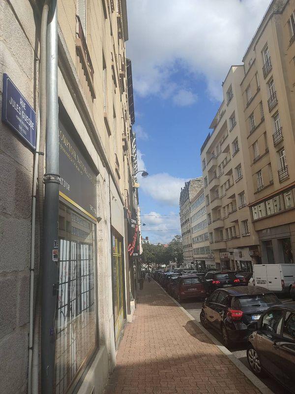 Rue Jules Guesde aujourd'hui : aucune trace de la boucherie où travaillait Charles Mangel, père de Marcel Mangel.