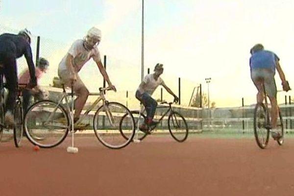 Vélo contre vélo, maillet contre maillet, épaule contre épaule, au bike polo les vélos ont remplacé les chevaux.