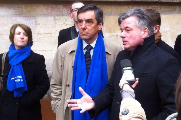 L'ex-premier ministre, François Fillon (àg.) est venu soutenir la candidature d'Alain Houpert (à d.), en venant à la rencontre des dijonnais