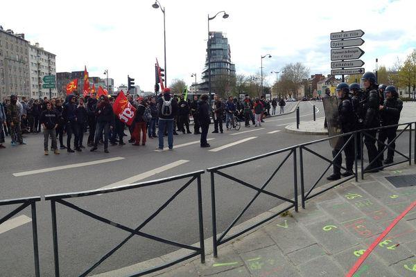 Face à face Place de Bretagne entre manifestants étudiants et CRS à Rennes
