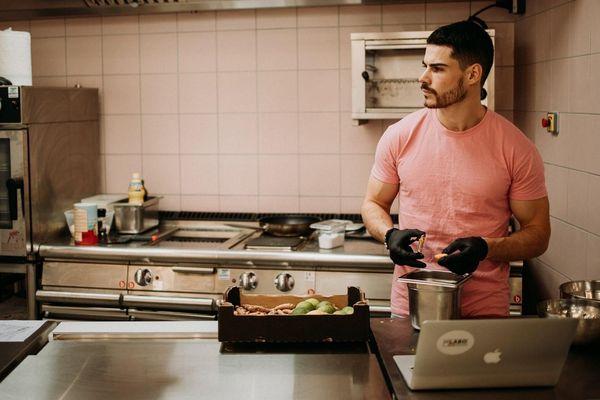 Arthur Choisnet a ouvert le Labo à Strasbourg. Son concept : des plats équilibrés dignes d'une alimentation pour sportifs de haut niveau. Lui-même est un ancien footballeur, mais il a également fait une école de commerce
