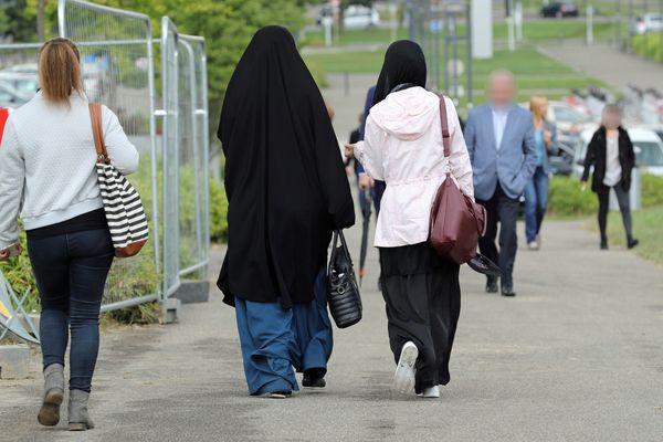 Deux étudiantes voilées sur le campus de l'Université de Haute-Alsace (UHA) de Mulhouse.