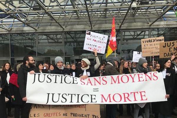 Des dizaines de greffiers, soutenus par avocats et magistrats, se sont rassemblés mercredi devant le tribunal de Bobigny