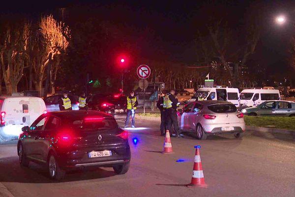 Contrôle de police après le début du couvre-feu Porte de France à Grenoble