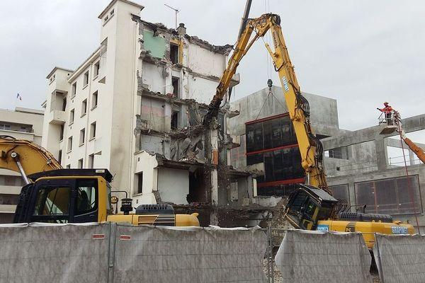 Villeurbanne (Métropole de Lyon) : le centre-ville se transforme. Ici, un immeuble des années 60 est en cours de démolition. Après le désamiantage et la dépollution, un tri des matériaux sera réalisé sur place pour tout recycler.