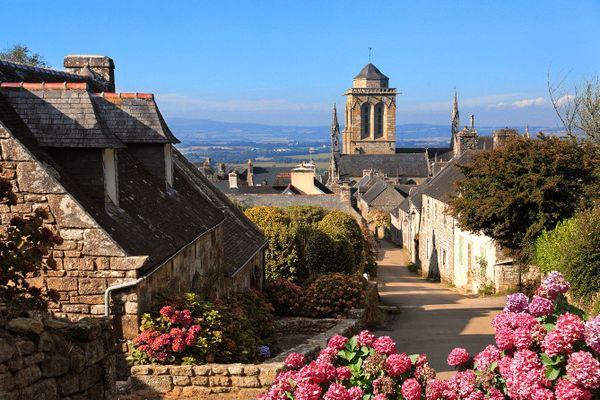 Ciel bleu sur Locronan - Finistère