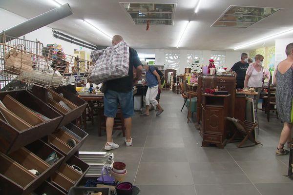 La boutique solidaire du Parchemin vend ces objets de seconde main et attire bon nombre de clients