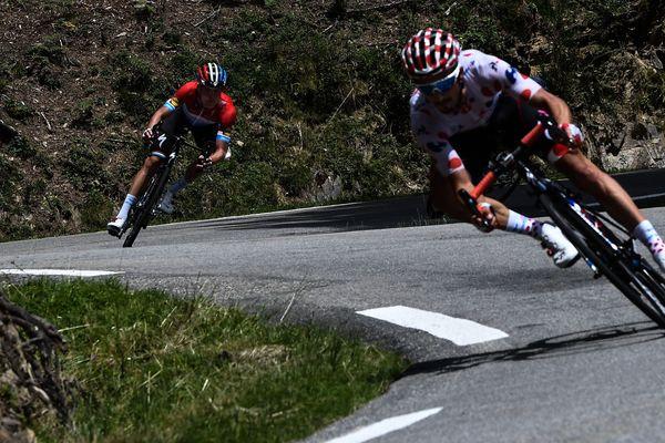 Julian Alaphillippe poursuivi par Bob Jungels au col d'Aspin le 27 juillet lors de la 19ème étape du Tour de France entre Lourdes et Laruns.