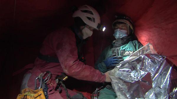 """Dès que possible, le médecin ausculte la victime. Toutes deux sont protégées par une tente installée au dessus d'un """"point chaud"""""""