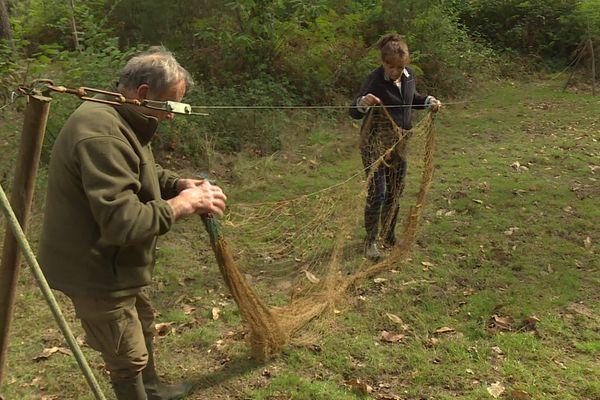 Michel et Paulette préparent les filets qui permettront de capturer les palombes.