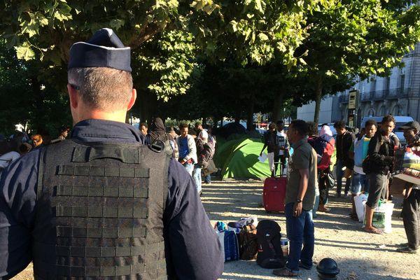 L'évacuation des migrants du square Daviais a commencé à 8h30, ce lundi 23 juillet