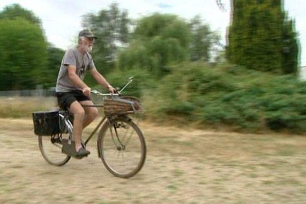 Daniel va chercher son journal à vélo, tout naturellement.