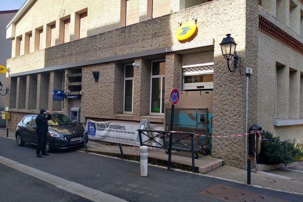 Le bureau de Poste d'Ambert (Puy-de-Dôme) a été cambriolé dans la nuit du 10 mars, le distributeur de billets a été volé puis incendié.